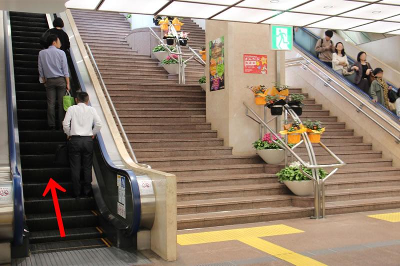 アクセス紹介 エレベーター、または階段で地上へ上がり、左へ進む写真