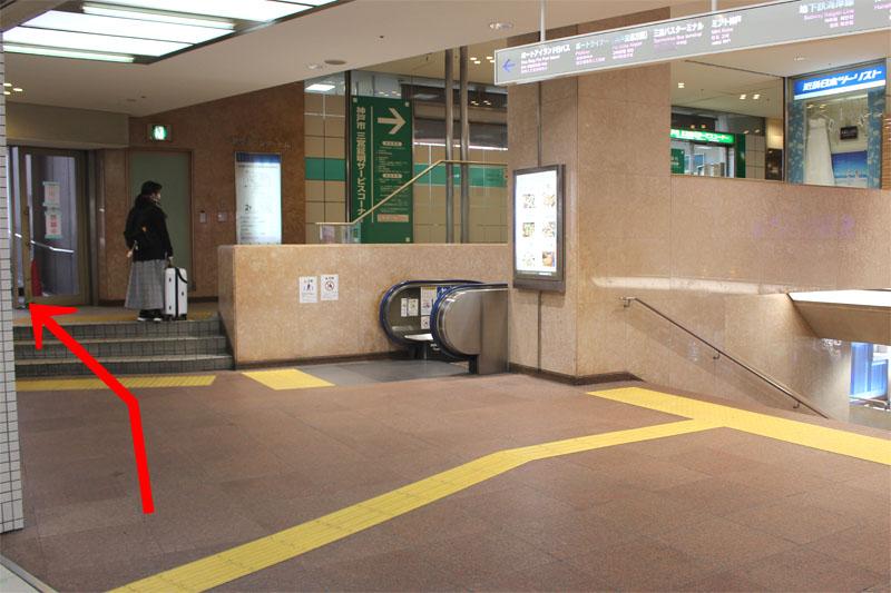 アクセス紹介 santicaへの階段が見えてきます。おりずに左手の出口へ進む写真