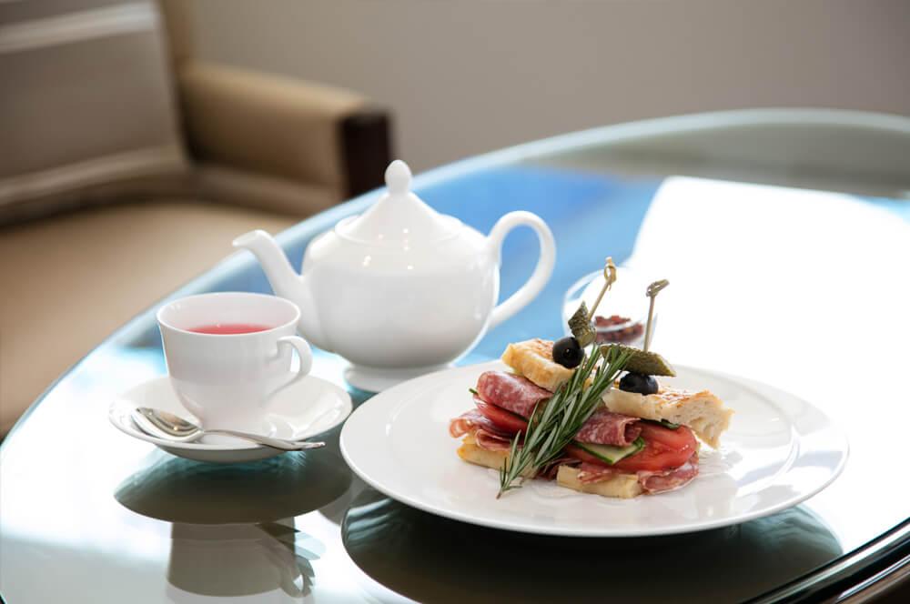 紅茶とサンドウィッチ